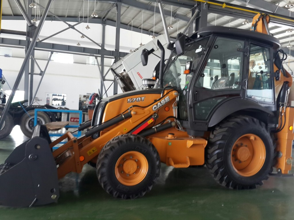 case-backhoe-loader-570T-2